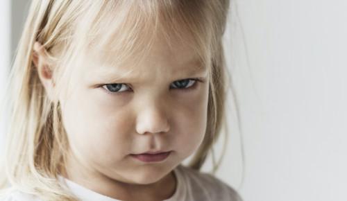 En arg flicka tittar in i kameran