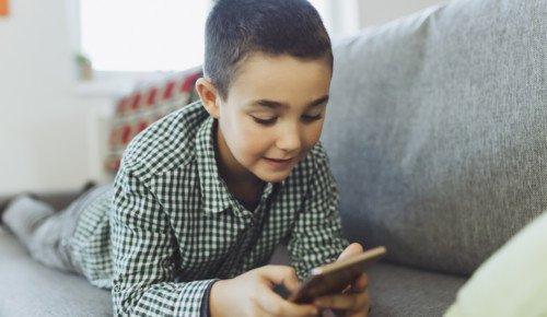 Ett barn kollar på en mobiltelefon