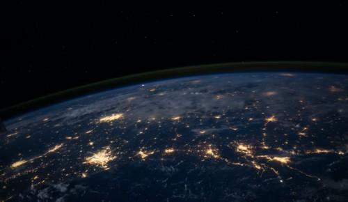 Jorden som upplysta nätverk sedd från rymden.