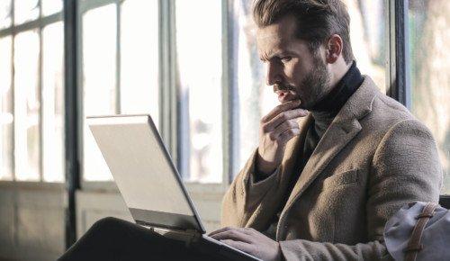 Man med dator i knä Internetkunskap