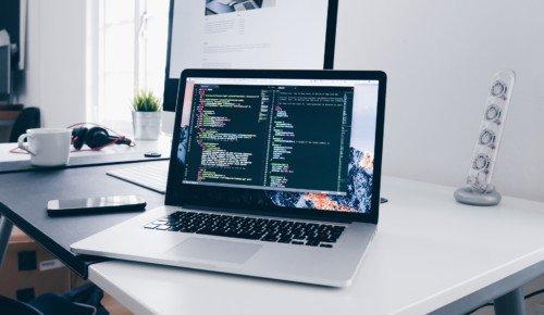 dator som visar programeringskod skrivbord Internetkunskap