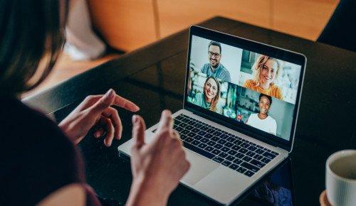 Kvinna som tittar på videosamtal på laptop Internetkunskap