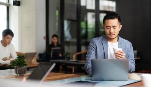 Människor sitter och jobbar med datorer. mänskliga rättigheter Internetkunskap